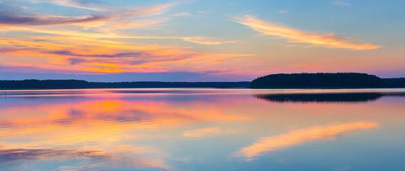 In de dag Blauwe jeans Sunset on a lake