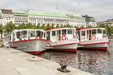 Schiffe am Anleger auf der Alster in Hamburg