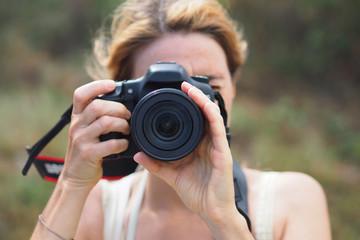 Femme photographe de face