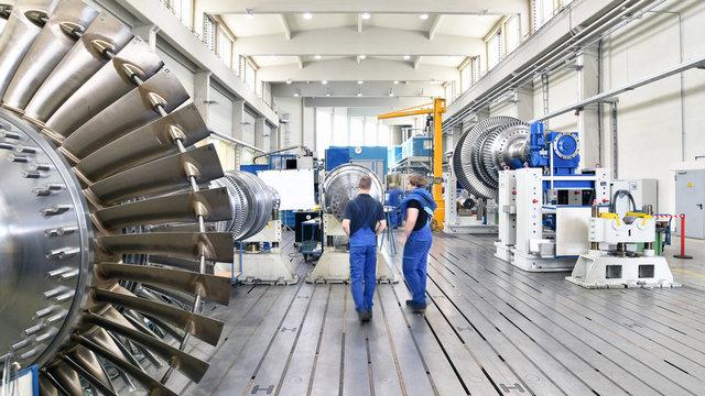 Herstellung von Gasturbinen in einer Fabrik für Maschinenbau - Interieur und Arbeiter //  Production of gas turbines in a factory for mechanical engineering - interior and workers