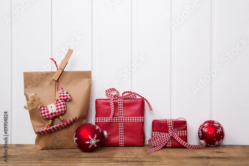 geschenke weihnachtlich verpacken in rot wei kariert mit schleife als dekoration auf holz. Black Bedroom Furniture Sets. Home Design Ideas