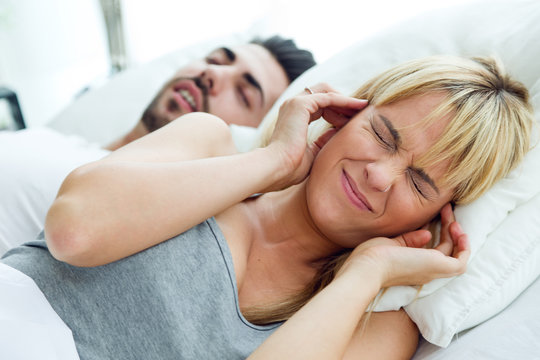 Young woman who can not sleep because her husband snores.
