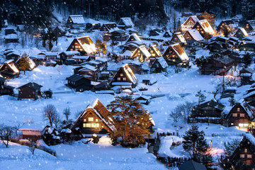 Verschneites Dorf im Winter