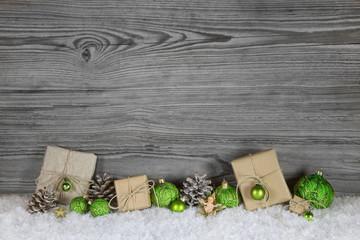 Weihnachtsgeschenke in grün, grau und weiß auf Holz Hintergrund zum Fest