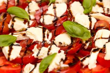 Tomaten mit Mozzarella und Basilikumblätter