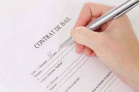 femme signant contrat de bail