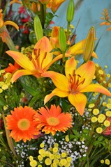 Blumendekoration mit Lilien und Gerbera orange