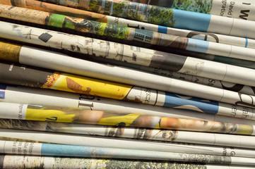 Viele Zeitungen auf einem Stapel