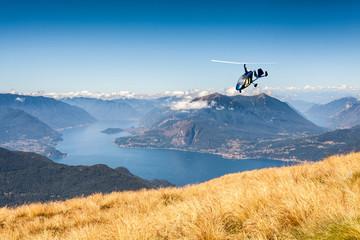 autogiro in volo sul Lago di Como (IT)
