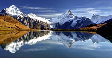 See in den Alpen vor einem Bergpanorama Wall mural