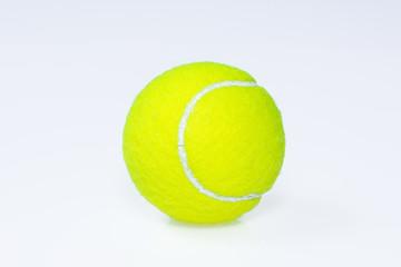 Tennisball vor weißem Hintergrund