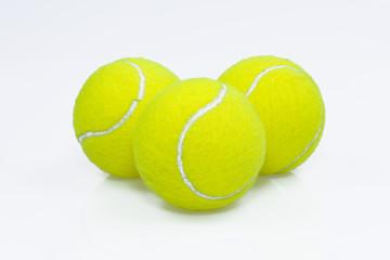 drei Tennisbälle vor weißem Hintergrund