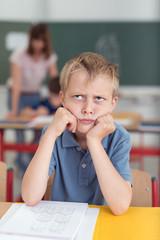 wütender junge in der schule