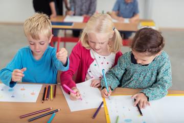 kinder im ersten schuljahr malen bilder mit buntstiften