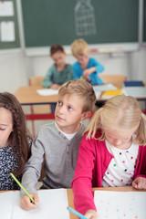 kinder in der schule schreiben in unterlagen