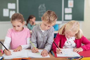grundschüler malen zusammen im unterricht