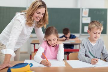 lehrerin betreut kinder im ersten schuljahr