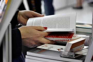 Czytanie, książka, Czerwone paznokcie, kobieta - fototapety na wymiar