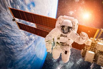 Obraz Międzynarodowa Stacja Kosmiczna i astronauta - fototapety do salonu