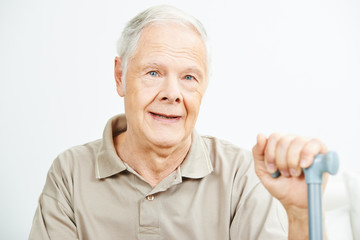 Alter Mann mit Krückstock im Seniorenheim