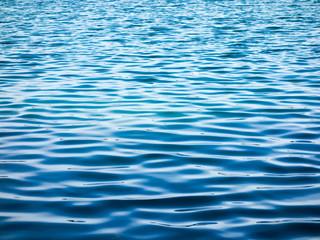 Blaue Wasseroberfläche