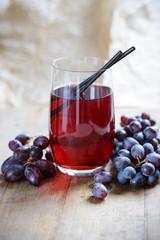 Fototapete - Glas mit rotem Traubensaft und Früchten