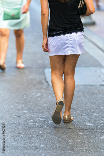 690a10801bafa7 Jeune femme en mini jupe