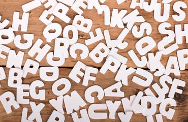 Holzhintergrund mit weißen Buchstaben