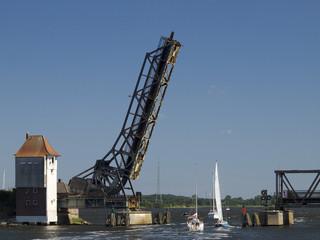 geöffnete Klappbrücke Linaunis