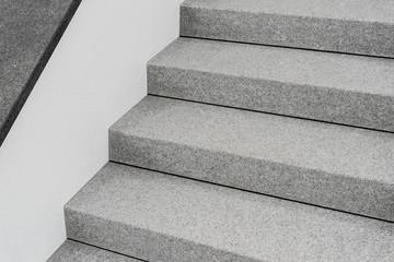 Perfekte Außentreppe aus Granit und Mauer mit Abdeckplatte