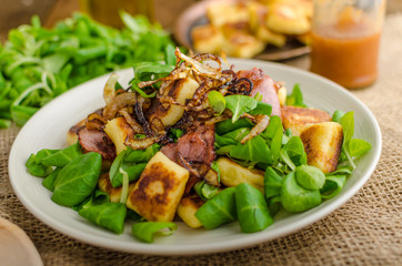 Potato gnocchi with salad and onions