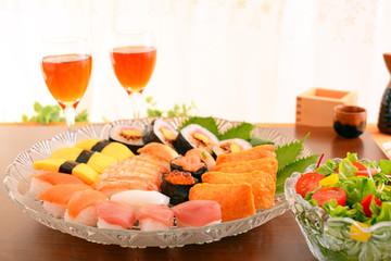 おいしそうなお寿司とサラダ
