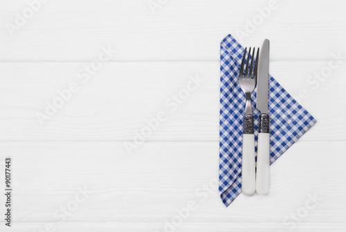 messer und gabel besteck mit blau wei karierter serviette zur dekoration im bayerischen stil. Black Bedroom Furniture Sets. Home Design Ideas