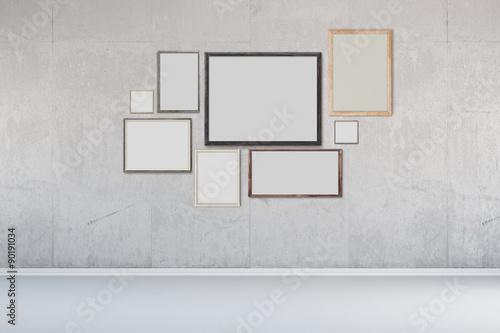 viele bilderrahmen an wand aus beton stockfotos und. Black Bedroom Furniture Sets. Home Design Ideas