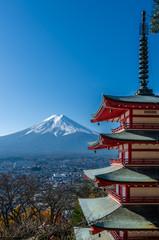 Fotobehang Blauwe hemel Chureito Peace Pagoda, built on a hilltop facing Mt. Fuji