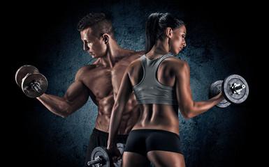 Sportowy mężczyzna i kobieta z dumbells.