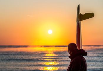 Träumer im Sonnenaufgang am Meer