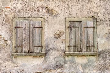 Zwei alte Fenster mit geschlossenen Fensterläden