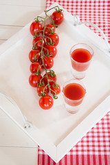 Tomatensaft in Gläsern