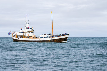 Imbarcazioni per avvistamento balene nella baia di Husavik, Islanda