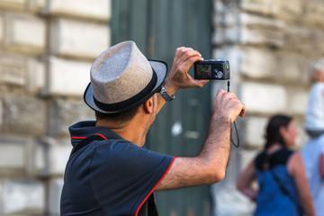 Homme prenant photo