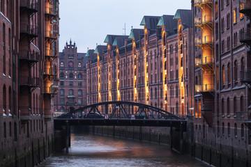 Speicherstadt in Hamburg in der Abenddämmerung