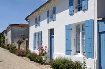 Rue et maison aux volets bleus, Talmont en Gironde