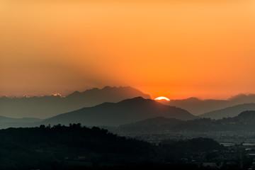 Silhouette del monte Resegone in Lombardia  al tramonto