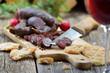 Kleine, rustikale Südtiroler Brotzeit mit Kaminwurzen und Rotwein