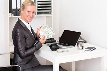 Frau rechnet das Geld in der Agentur
