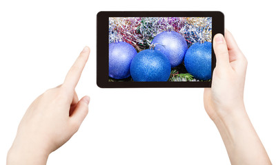 take photo of blue Xmas decorations with tablet pc