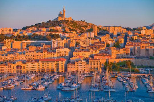 Marseille, le vieux port au soleil couchant