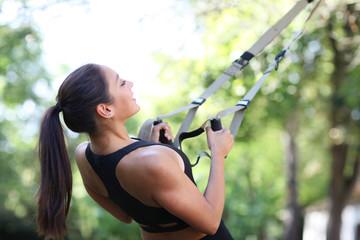 Frau beim funktionalem Training am TRX