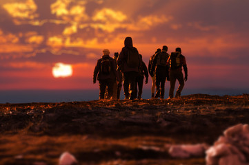 trekking persone al tramonto
